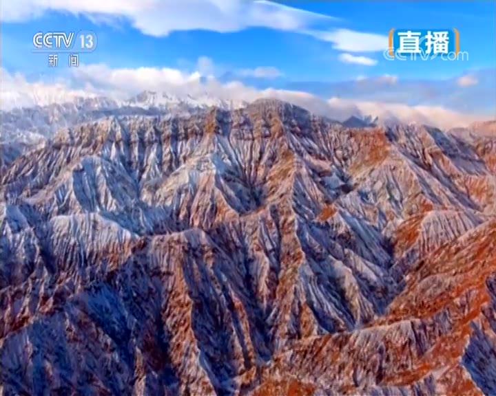 美丽中国 春潮涌动 新疆 座座红山脉 一条翡翠河